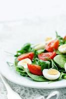 sallad med rucola, spenat, tomater och ägg foto