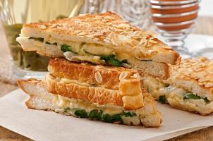 varm rostat bröd med ost och spenat till frukost foto