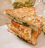 varm rostat bröd med ost och spenat till frukost