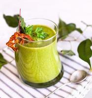 grön detox smoothie på nära håll foto
