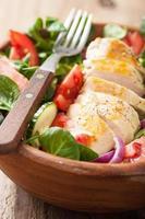 kyckling sallad med tomater och gurka