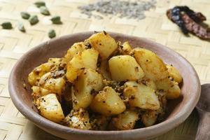 aloo saag - en curry gjord av spenat och potatis foto