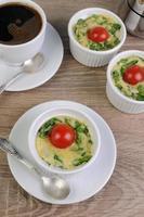 omelett med spenat och ost foto