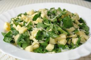 ensalada de manzana y espinacas foto