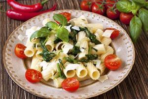 pasta med spenat och ost foto