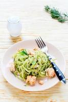 pasta med spenat och laxskivor foto