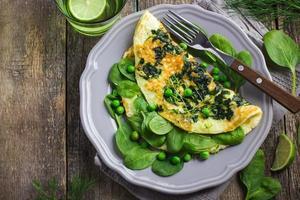 omelett med spenat och gröna ärtor
