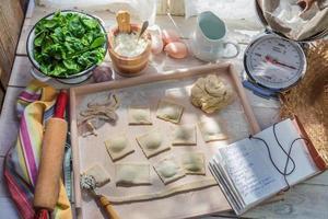 förberedelser för ravioli av ricotta och spenat foto
