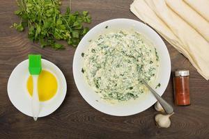 matlagning grekisk feta och spenat paj foto