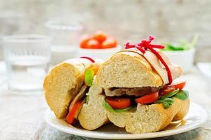smörgås med kött, spenat och tomat foto