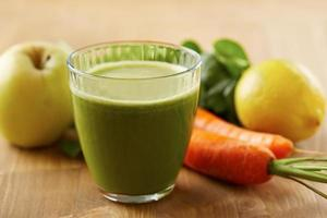 hemlagad vegansk grön juice foto
