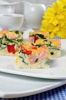grönsak omelett med spenat foto