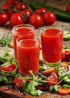 färsk juice från blandning av grönsaker med grönsaker och örter foto