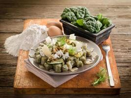 spenatgnocchi med ricotta, zucchinis och parmesanflingor