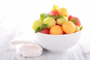 fruktsallad i skål foto