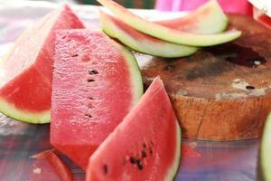 vattenmelon frukt skivade bitar på bordet foto