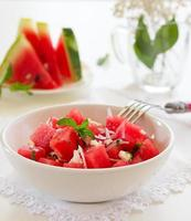 sallad med vattenmelon, ost och mynta. foto