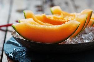 färsk melon med is foto