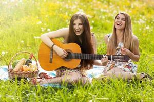 två vackra unga kvinnor på en picknick foto