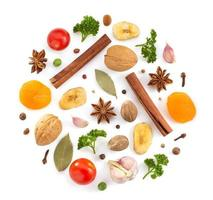 örter och kryddor på vitt foto