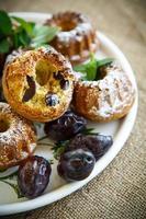 muffins fyllda med torkade plommon foto