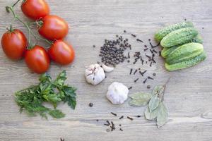 färska tomater och gurka foto