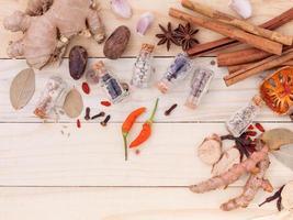 sortiment av thailändska matlagning ingredienser i glasflaskor. foto