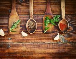 kryddor och örter på träbord. toppvy foto