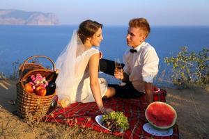 bröllopspicknick vid kusten foto
