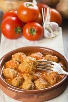 köttbullar med tomatsås foto
