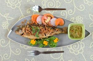 stekt fisk med vitlök foto