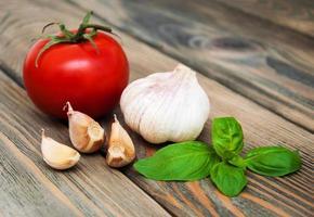basilika, vitlök och tomat foto