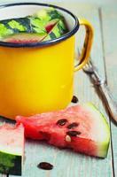 skivor vattenmelon i en metallskål foto