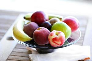 saftiga frukter på träbord, närbild foto
