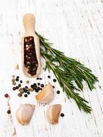 vitlök, rosmarin och peppar