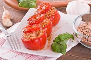 fyllda tomater på en vit platta. foto