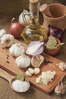 vitlök, lök, koriander, sesam, peppar, lagerblad, salt, olivolja, foto
