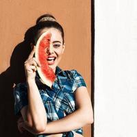 flicka i sommarstil med vattenmelon foto