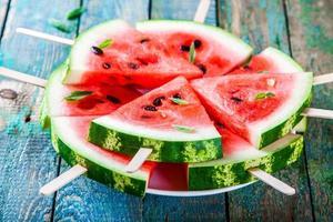 skivor av färsk saftig vattenmelon på tallrik närbild foto