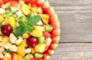 fruktsallad i skålen med vattenmelon foto