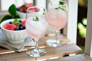 kall vattenmelondrink på bordet utomhus foto