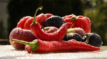 röd paprika i sommarregn foto