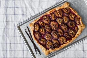 rustik plommonpaj med valnötter och glass foto