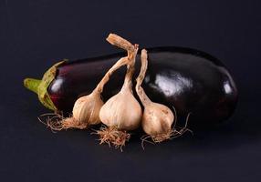 aubergine och vitlök foto