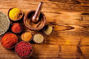 kryddor i indonesiska träskålar foto