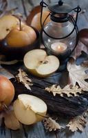 asiatiska päron, lykta och höstlöv foto