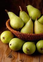 hög med gröna päron foto