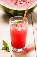 färskpressad vattenmelonsaft med mynta och isbitar foto