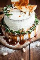 dekorerad rosmarin på grädde tårta