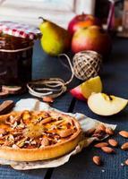 äppelterta på en sandbas med sylt och karamell foto